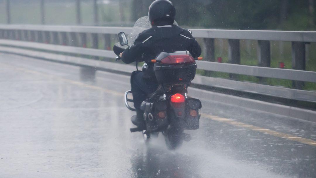 Guidare la moto con la pioggia
