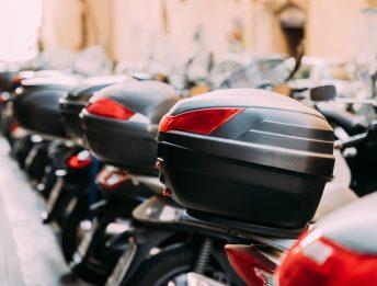 La domanda che si pongono tutti i motociclisti: cosa mettere nel bauletto della moto o dello scooter? Ecco qualche consiglio per riempirlo di cose utili