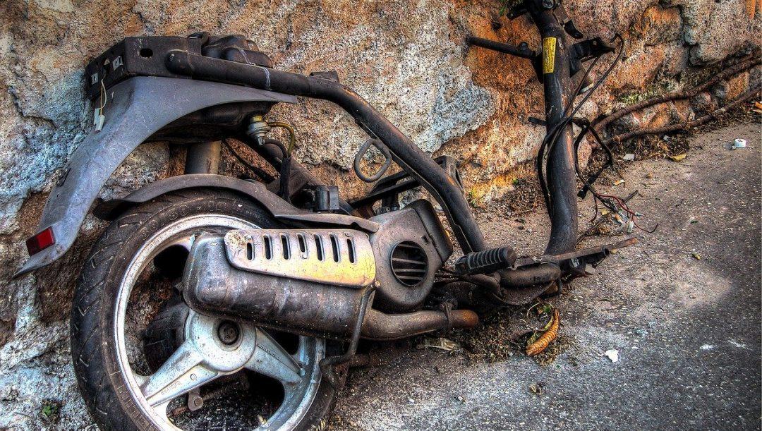 Moto abbandonata in strada