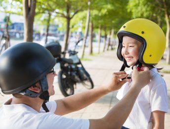 Bambini in moto: a che età si possono trasportare