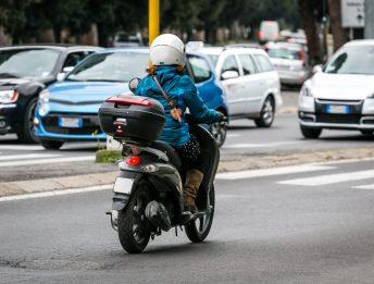 Una moto può superare le auto incolonnate