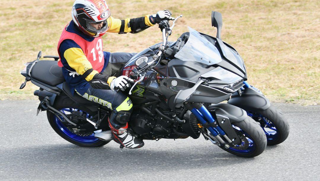 Moto a tre ruote in autostrada