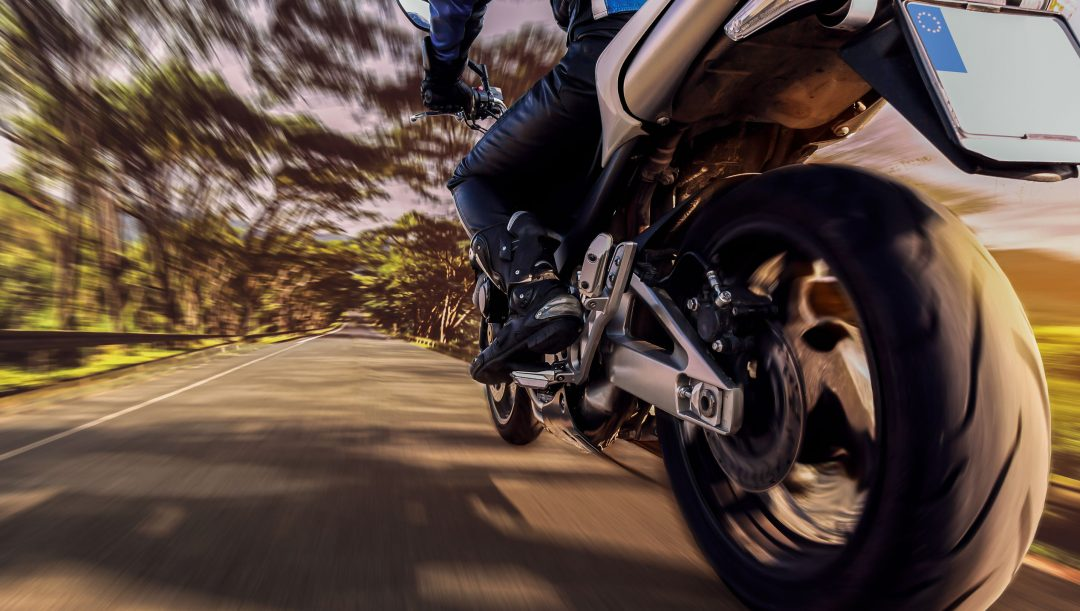 Il sorpasso tra motocicli si può effettuare solo a sinistra