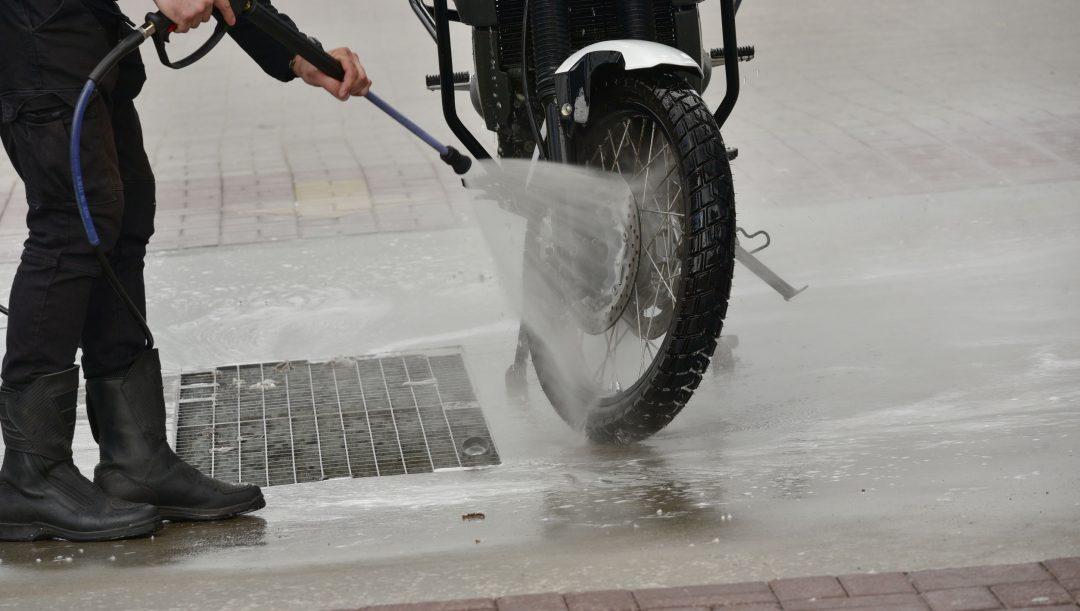 Visto che il virus può rimanere sulle superfici come plastica e metallo anche per alcuni giorni, vediamo come sanificare e igienizzare moto e scooter